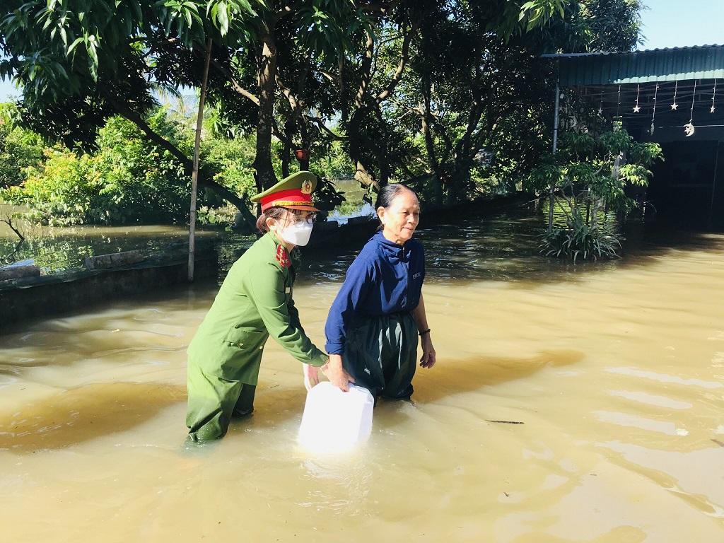 Công an huyện Quỳnh Lưu hỗ trợ nước sạch cho các gia đình bị chia cắt do mưa lũ, tháng 9/2021.