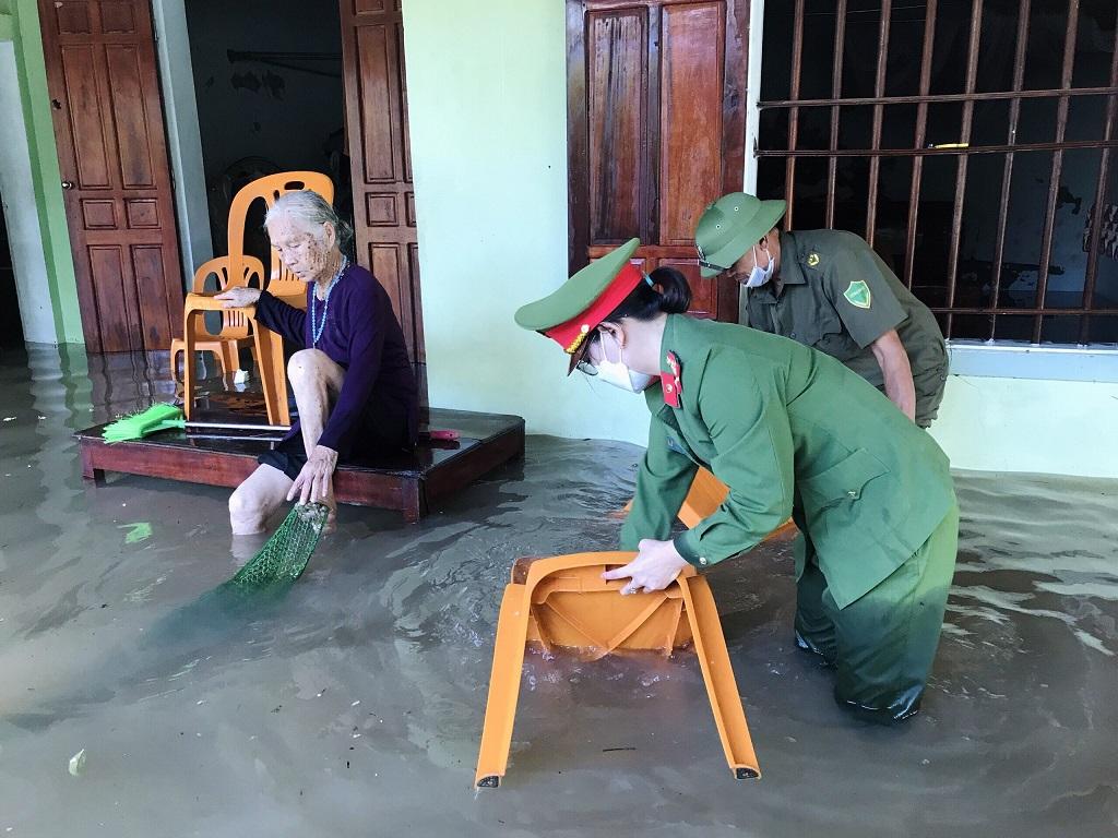 Giúp đỡ cụ Nguyễn Thị Sinh (95 tuổi) ở xóm Hồng Nguyên (xã Quỳnh Hồng) sống một mình trong ngôi nhà bị ngập sâu