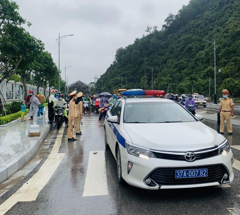 Lực lượng Cảnh sát giao thông hướng dẫn hàng nghìn người đi xe máy từ các tỉnh, thành phía Nam về quê
