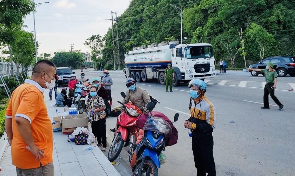 Các công dân ở phía Bắc đang chờ dẫn đoàn đi qua địa phận tỉnh Nghệ An